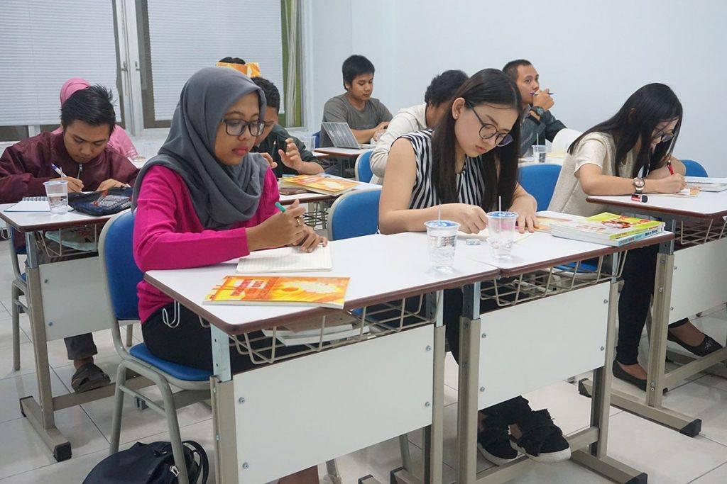 Siswa kelas reguler sedang test