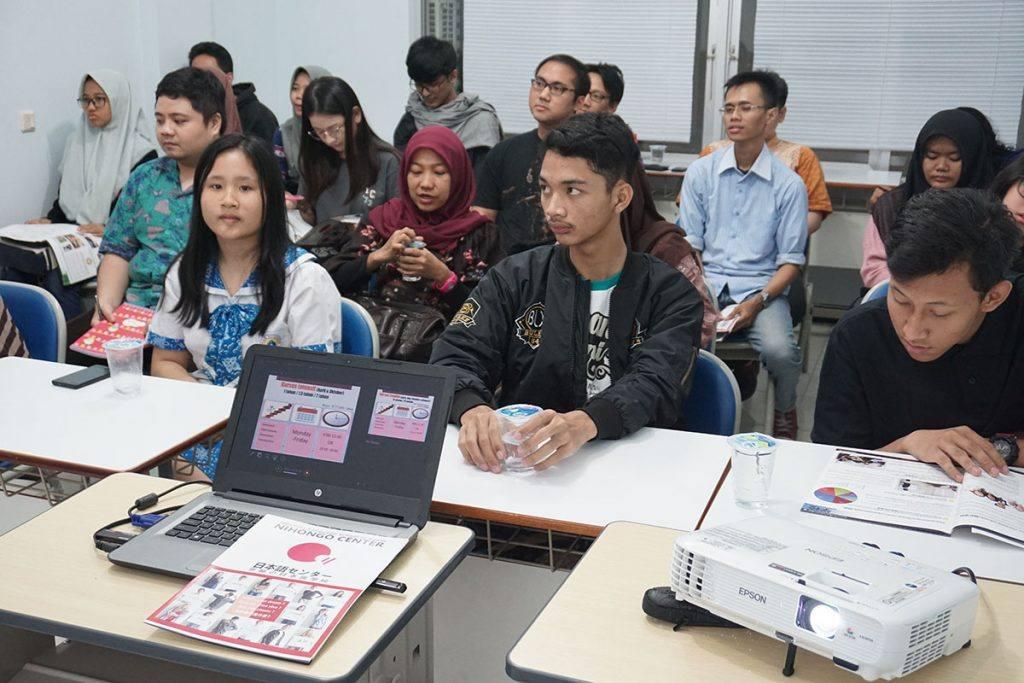 Para siswa sedang mengikuti Presentasi dari sekolah partner NEXS
